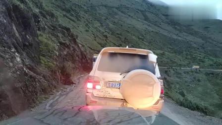 开破车自驾西藏,在矮拉山悬崖边排队错车,方向打错后果不堪设想。