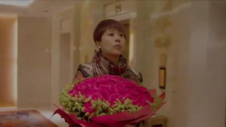 美女帮花店送花,不料打开门发现男友劈腿,这下精彩了!
