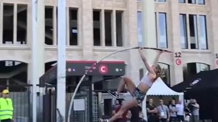 世界顶级跳高选手,这一跳得有3层楼那么高