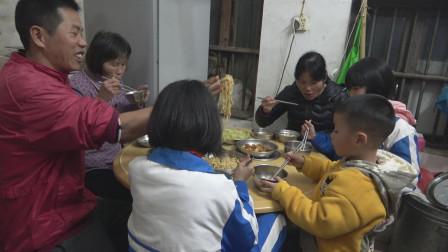 小池情人桥收网货不惊人,晚餐吃煲仔五花肉加炒面,一家人很开心