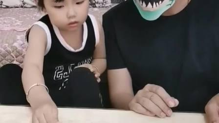 欢乐童年:爸爸把这个小玩具变成了鱼
