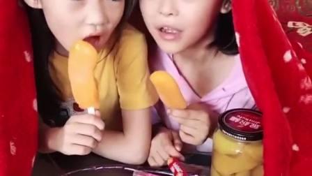 欢乐童年:2个小姐妹偷吃冰淇淋