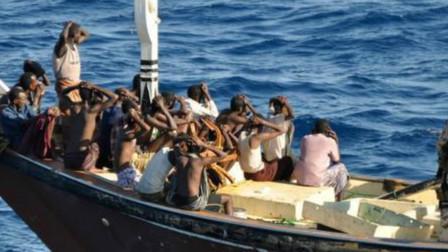 """索马里海盗也被""""中间商""""抽成,他们打劫后,还要靠这些人要赎金"""