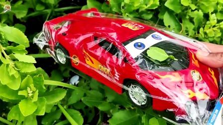 寻找小汽车和工程车玩具,越野车玩具,搅拌车,自卸车和校车玩具