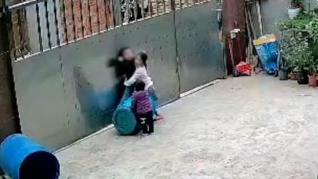 三岁男童玩拴门绳不慎被勒住脖子吊门上 姐姐发现后救下弟弟一命
