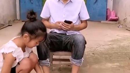 童年趣事:宝宝给爸爸端洗脚水
