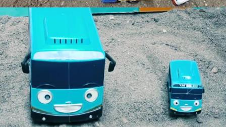认识工程车玩具 帮助巴士汽车建设积木桥梁