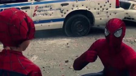 超凡蜘蛛侠:蜘蛛侠回归,拯救世界,朝着小蜘蛛侠竖起大拇指!