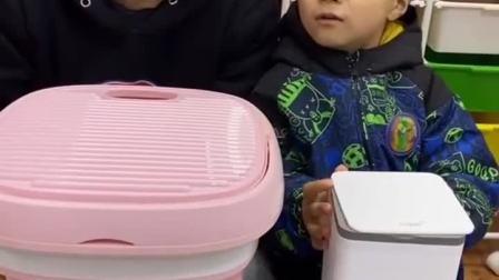 亲子互动:小朋友你们说,到底是宝贝洗衣机好还是爸爸的