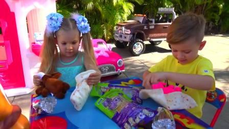 儿童亲子互动,戴安娜和哥哥都想玩玩具马,大家开心极了