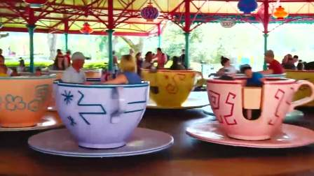 亲子快乐,小正太的游乐园家庭旅行,他们坐在转转杯等好玩的项目