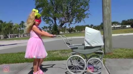 儿童亲子互动,小萝莉带着她的洋娃娃散步,发现了惊喜