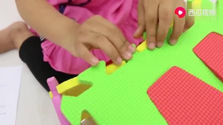 小女孩搭建积木箱,和妈妈玩趣味捉迷藏