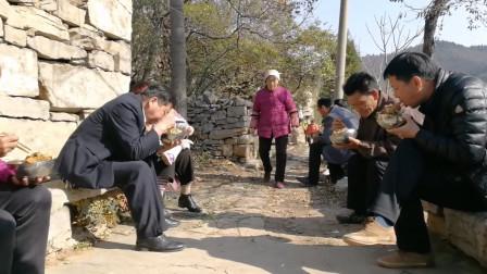 五个儿子一个姑娘及本家都来了,老二两口做饭,看看中午吃啥饭
