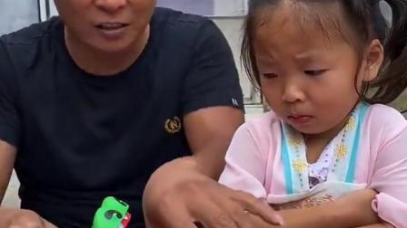 金色的童年:大鳄鱼不能吃依依