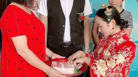 结婚抓离家钱时新娘不舍得拿走母亲的养老钱,可新郎的举动亮了!