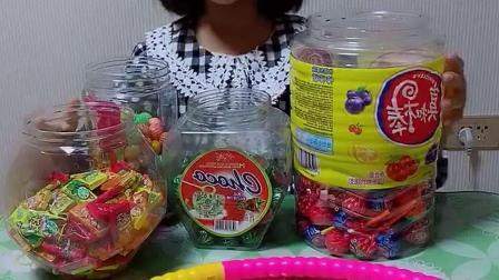 搞笑萌娃:谁把糖果倒出来了