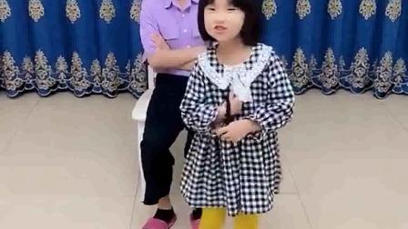 搞笑萌娃:这个小女孩真坏