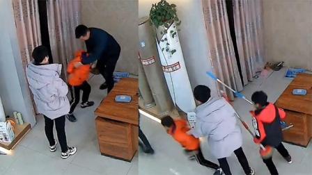 """兄弟俩误会爸妈在打架 立场鲜明果断""""拉偏架"""" 手里的武器亮了"""