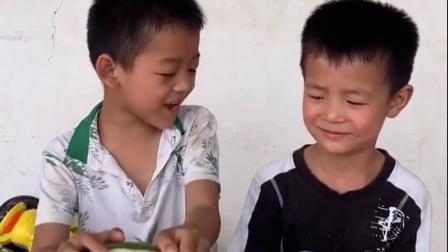 童年趣事-哥哥的西瓜是生的,弟弟把自己的西瓜给哥哥一起分享