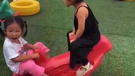 金色童年:姐姐妹妹欢快的玩着跷跷板