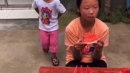 亲子游戏:懂事的小宝贝给奶奶送西瓜