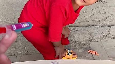 趣味童年:小萌娃怎么跑到桌子上咯 快下来