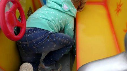 萌娃小可爱去游乐园玩,小可爱要开小火车了