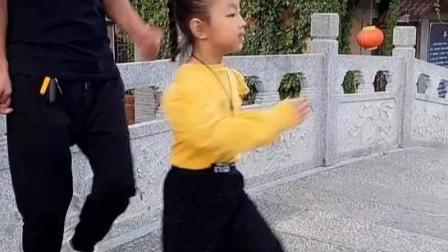 强烈要求爸爸给她当舞伴