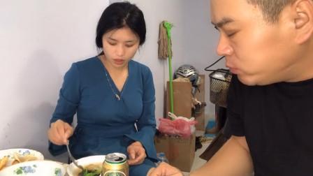 中国大叔娶个老挝媳妇,一人喝碗紫菜汤就着啤酒日子真美