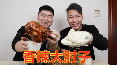 好兄弟来找大飞理发,中午吃香辣大肘子配荷叶饼,大口吃肉真爽!