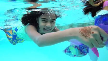 儿童亲子互动,小美人鱼带着芭比娃娃在游泳池一起游泳!太有意思