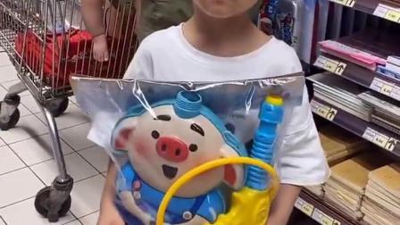 金色的童年:宝贝一见到玩具就走不动了