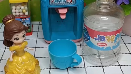 贝尔去接水了,可是饮水机没有水了,她想让别人来放水