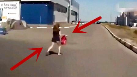 黑裙妹子拎着东西过马路,下一幕她尴尬了!