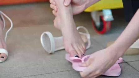 好想和你在一起:御姐想让小奶狗给自己穿拖鞋,我看这小奶狗还挺暖心!
