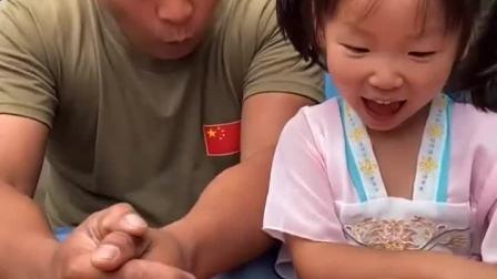 亲子游戏:妈妈来送玩具了