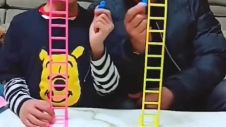 童年趣事:玩小人爬楼梯,谁赢了吃冰棍