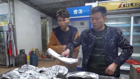 """厨神阿壮今天做道""""炭烤锡纸牛排""""招待朋友,感觉10斤都不够吃"""