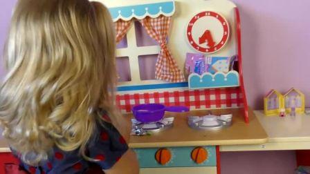 萌娃小可爱想拆开新的玩具,给小猪佩奇做饭吃