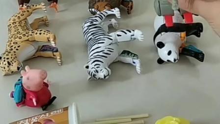 乔治给小动物们变身,被佩奇发现,乔治立马溜!