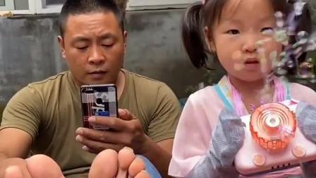 萌娃欢乐童年:臭气熏天的袜子怎么敢套在手上啊?