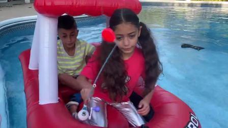 开心亲子,姐弟在气垫船上钓鱼,结果钓出了神秘宝箱