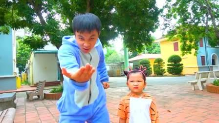 儿童亲子互动,小男孩和爸妈一起做了什么呢?!真有趣呀