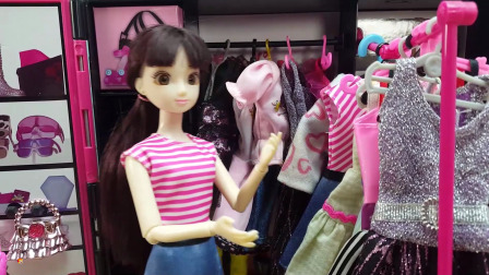 芭比和好朋友在家里试穿新衣服,打扮的漂漂亮亮出门逛街