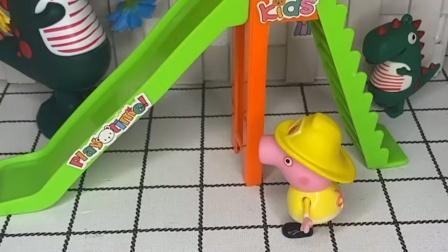 佩奇看见滑梯坏了,可是小象艾米丽还想玩,艾米丽这样是不对的