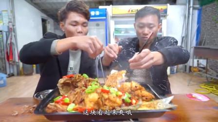 厨神阿壮买了一条6斤重的青衣鱼,做道榨菜烤鱼当宵夜,太下酒了