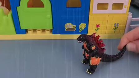 佩奇下雨跑回家,家里竟然有一个怪兽
