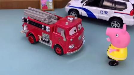 佩奇和小新开走了消防车和警车,这样做是不对的