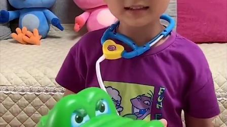 金色的童年:萌娃医生 我的手被鳄鱼咬到了 你快看看